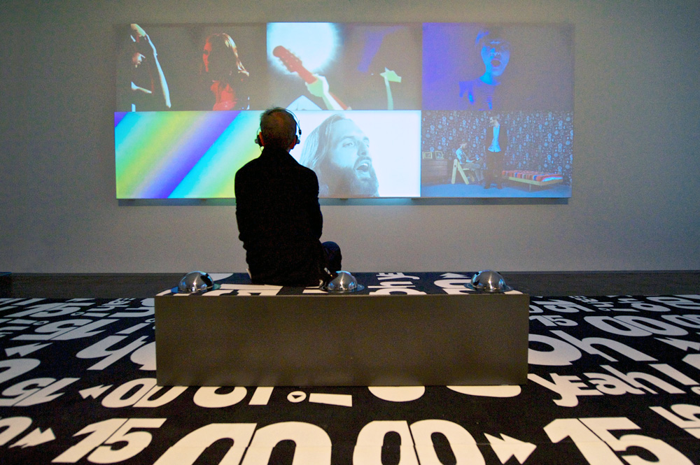 Ausstellung Oh Yeah Besucher vor Videoscreen