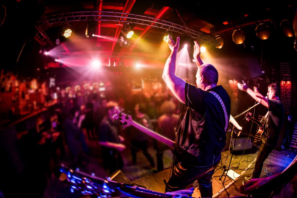 Band-live-im-Konzertclub