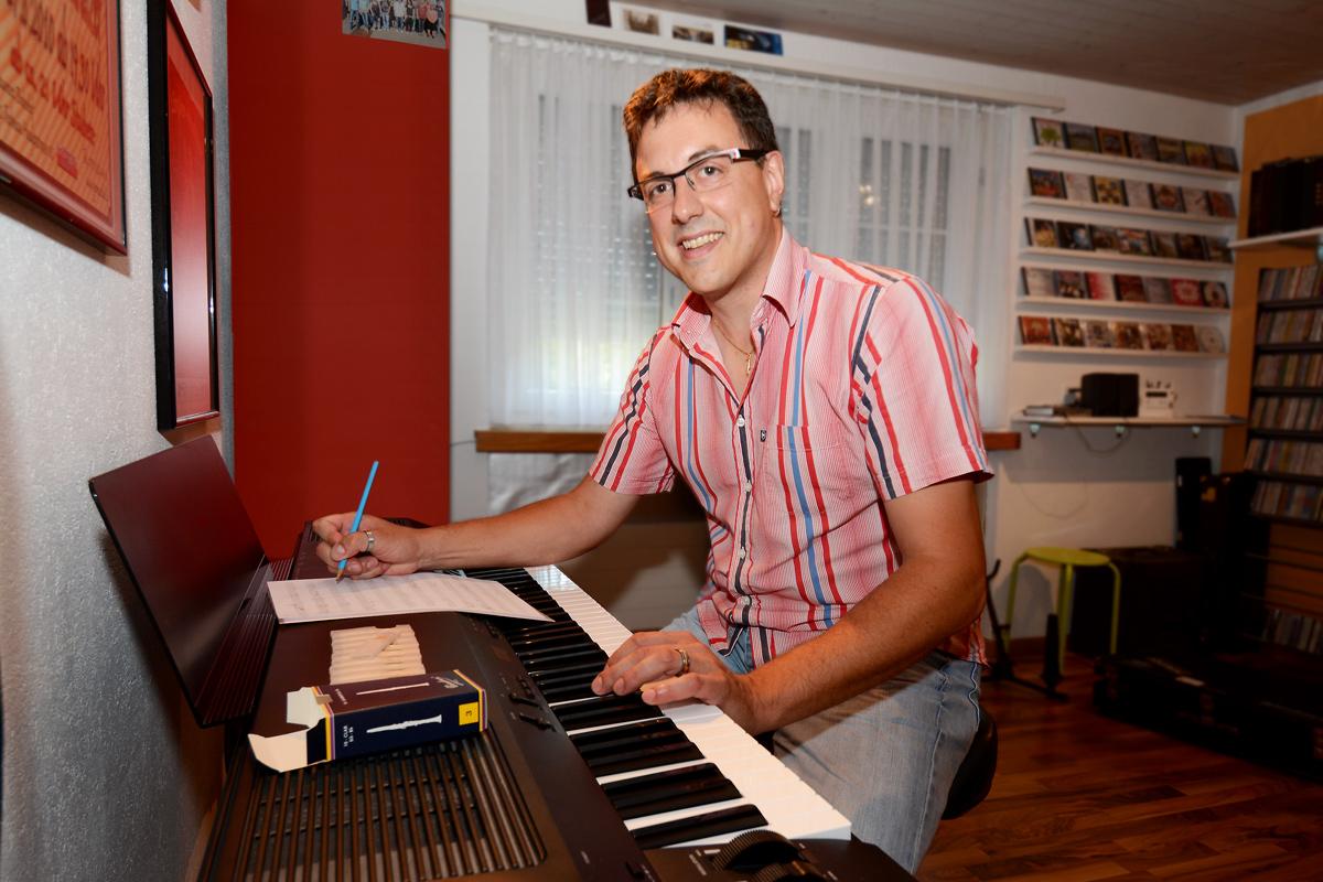 Hanspeter Zehnder am Piano im Musikzimmer