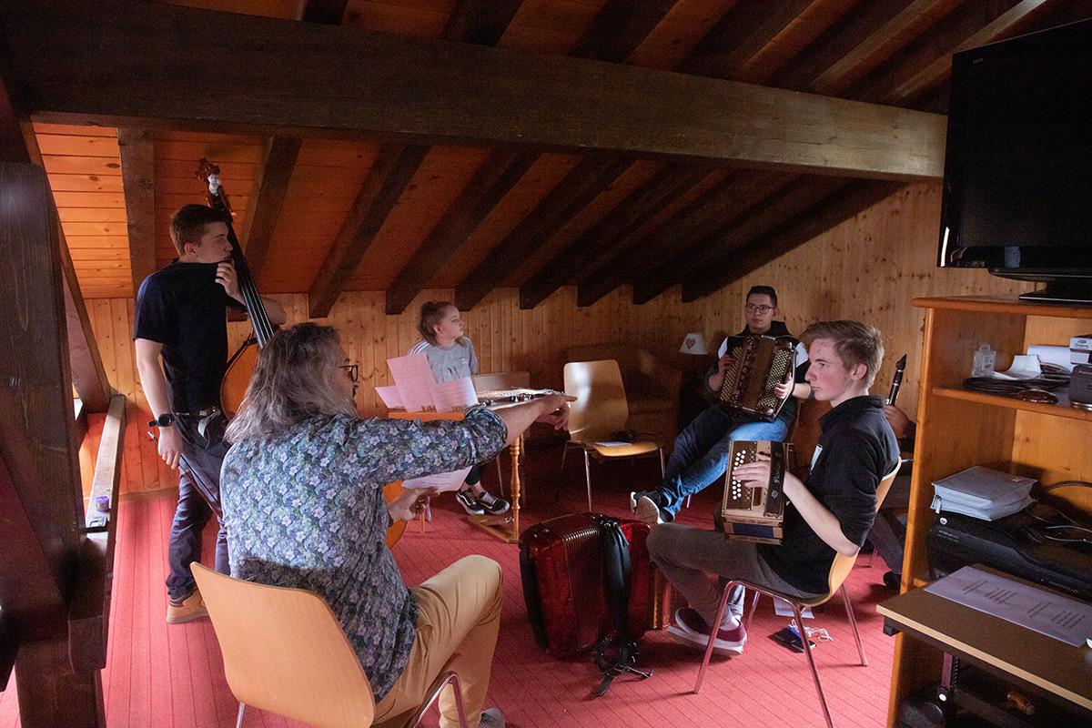 Photo de groupe des musiciens au travail